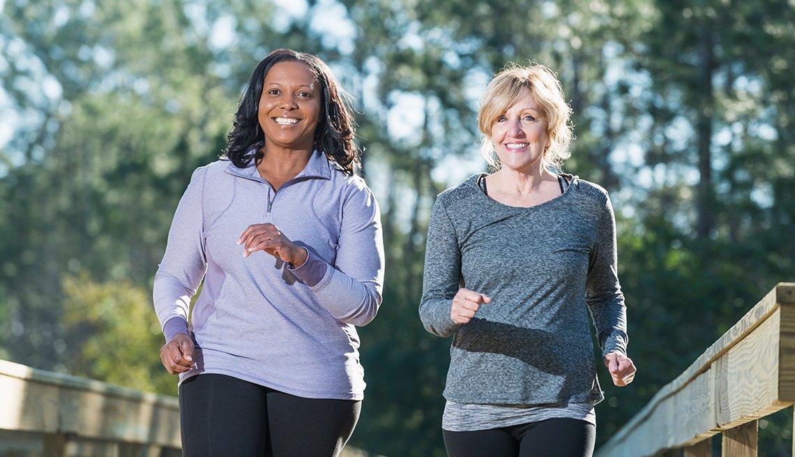 Dos mujeres corriendo