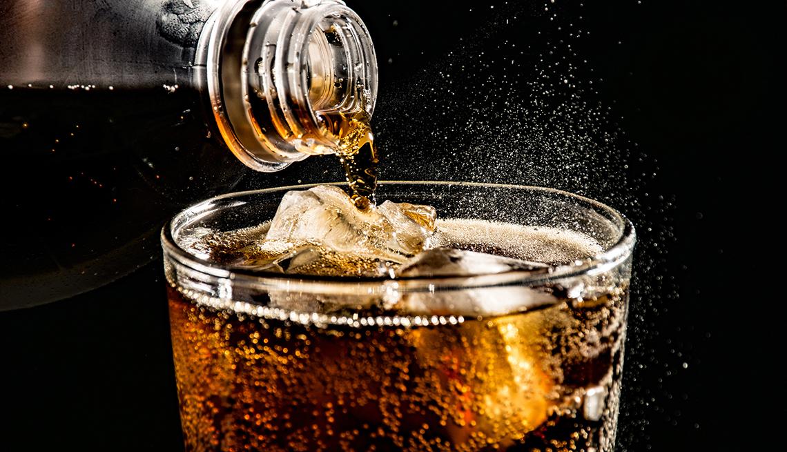 Vertiendo soda en un vaso