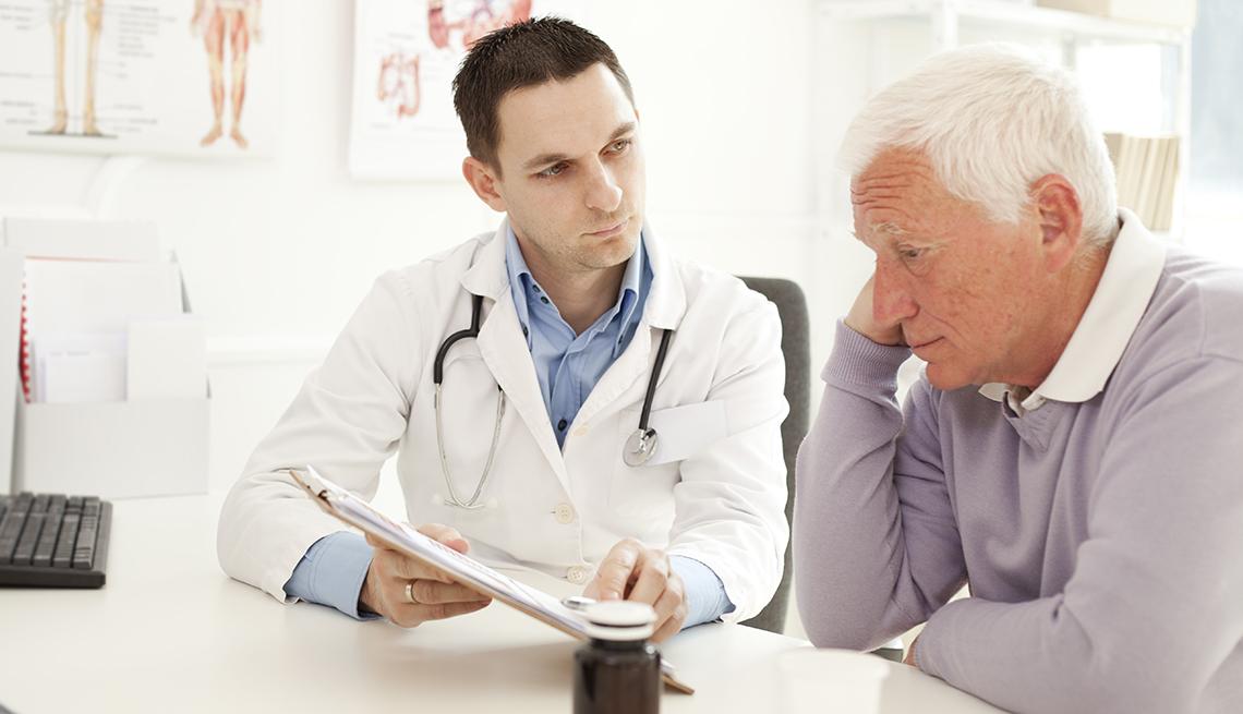 Un hombre consulta a su médico y luce preocupado