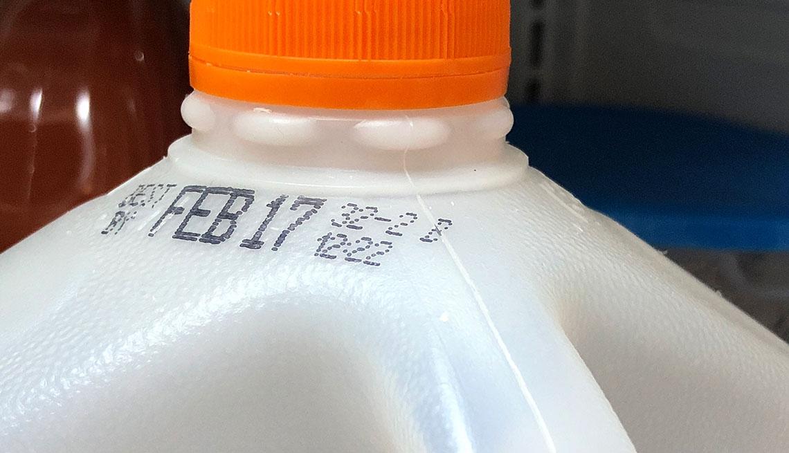 Envase de leche con fecha de expiración