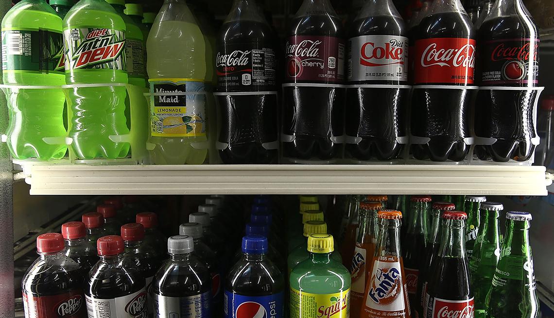 Botellas de soda en un estante de una nevera