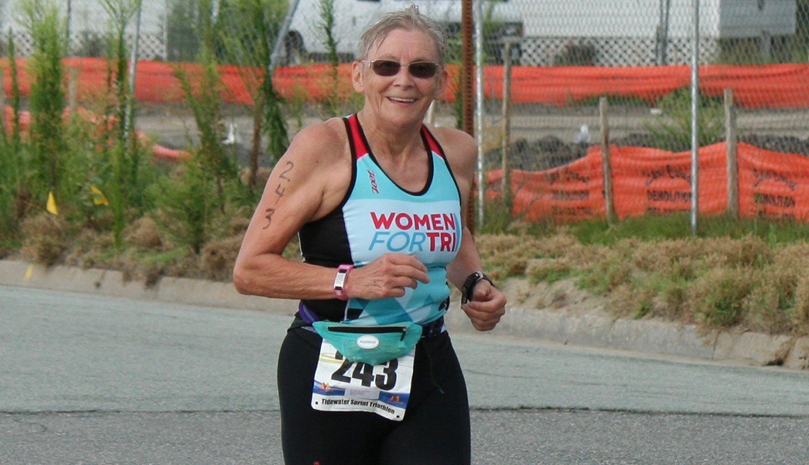 Marie Neaves practica el triatlón