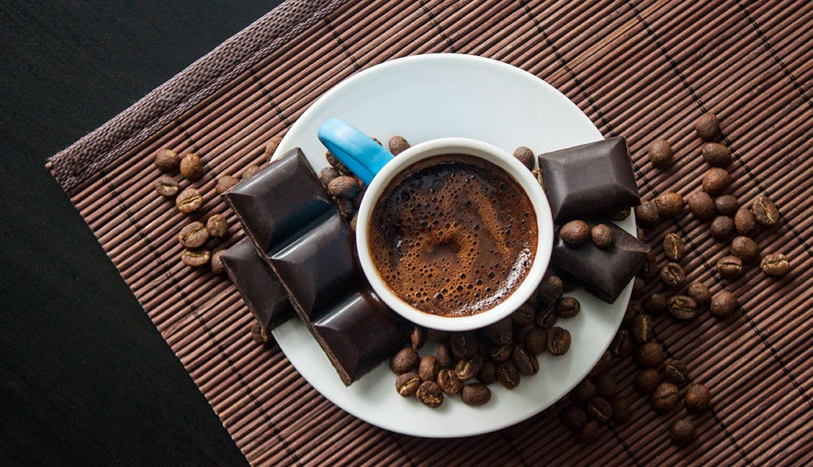 Café turco y chocolate oscuro visto desde arriba