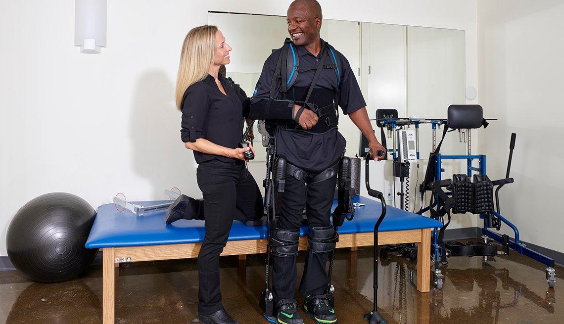 Terapeuta físico ayuda a una persona que entrena con Eksogt