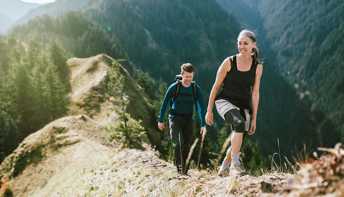 Una pareja caminando en las montañas.
