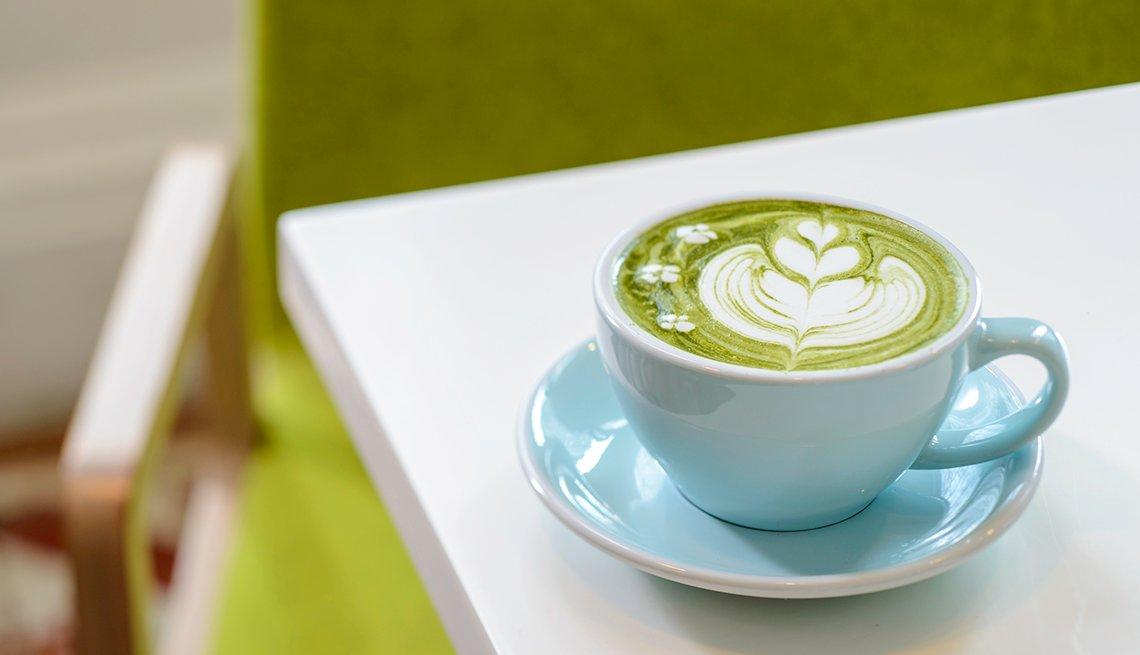 Té de color verde servido en una taza
