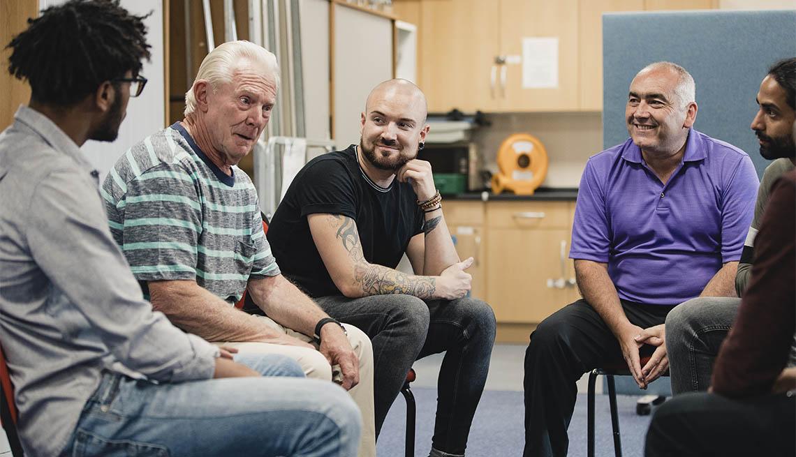 Grupo de hombres reunidos