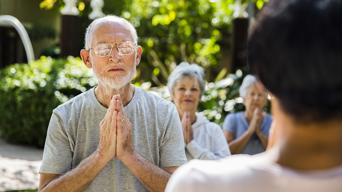 Grupo de personas meditando