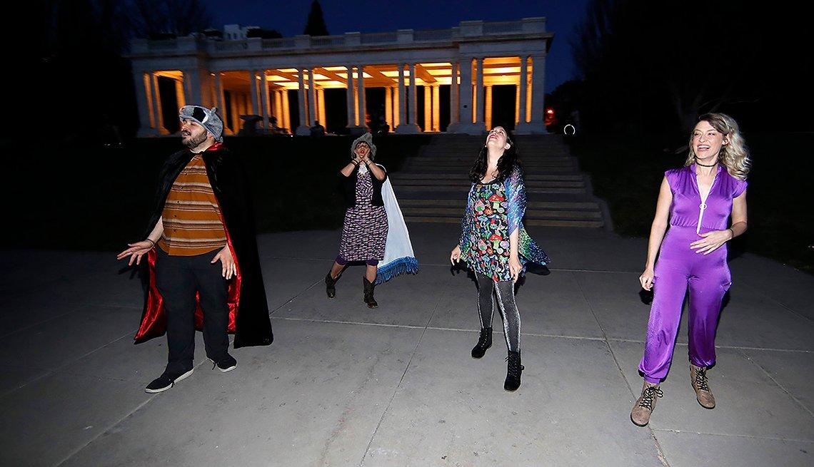 item 3 of Gallery image - Brice Maiurro, Shelsea Ochoa, Anna Beazer y Kali Healf, de izquierda a derecha, aúllan en el parque Cheesman de Denver