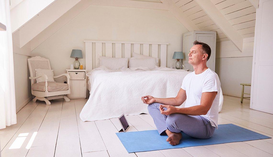 Un hombre meditando en una habitación