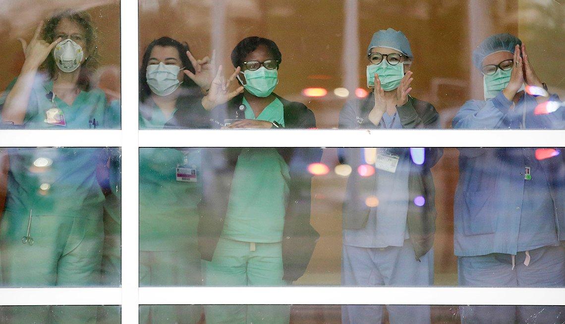 item 5 of Gallery image - Personal médico saluda a través de un cristal