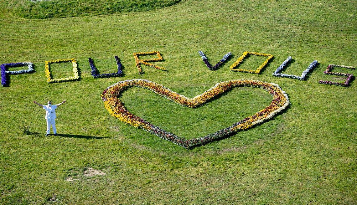 """item 9 of Gallery image - Un soldado del ejército suizo saluda al lado de un corazón y el mensaje """"pour vous"""" (para ustedes)"""