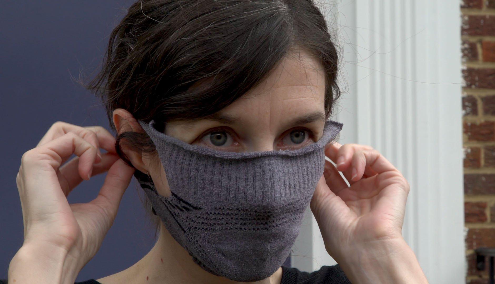Una mujer con una mascarilla hecha de una media