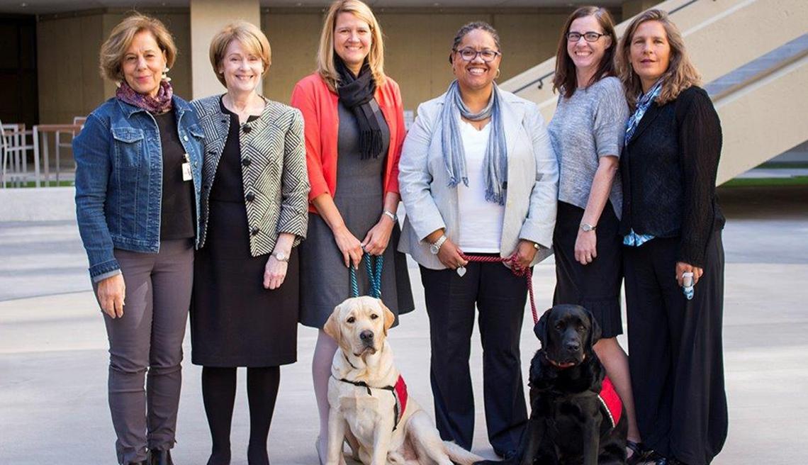 Linda Milanesi, Kathryn Turman, Staci Beers, Melody Tiddle, Karen Joyce-McMahon y Jill Felice, junto a los perros del FBI, Wally y Gio.