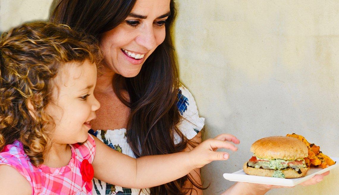 Devin Slexander y su hija comparten una hamburguesa de portobello con pesto margarita