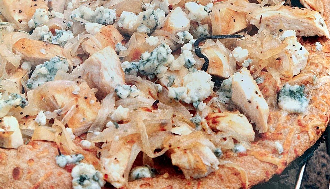 Pizza de pollo a la parrilla y cebolla caramelizada con queso azul