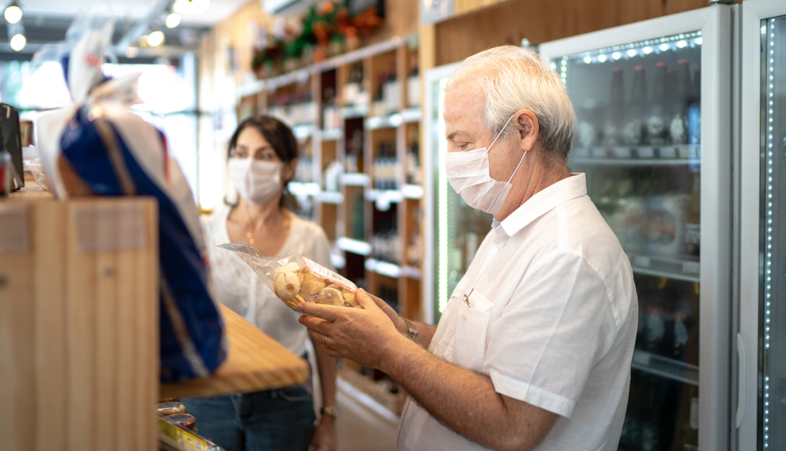 Personas en una tienda y llevan puestas sus mascarillas