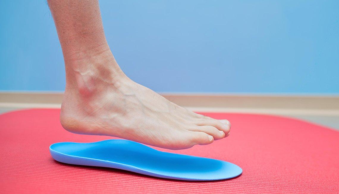 Un pie se posa sobre una plantilla ortopédica