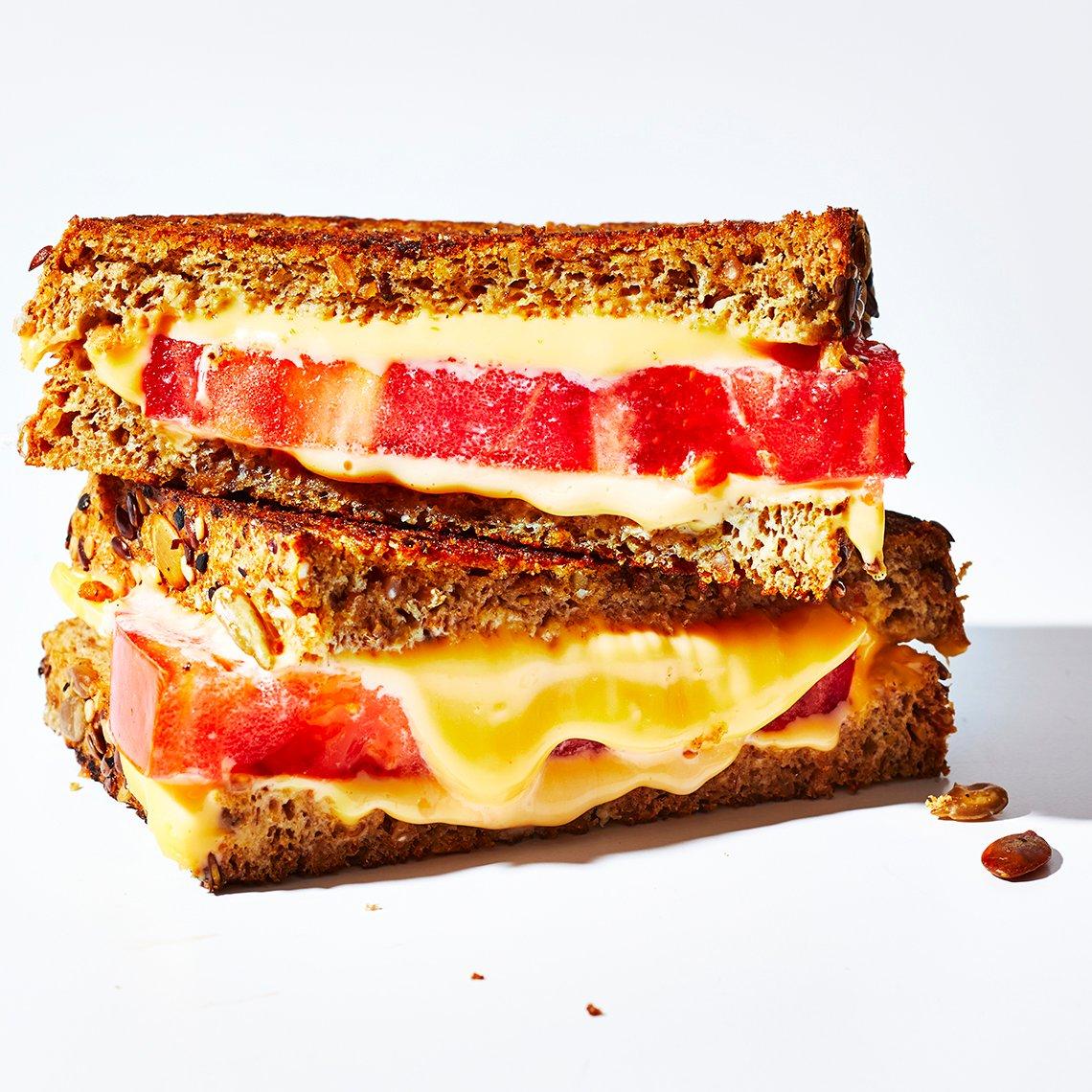 Emparedado de queso a la plancha y tomate