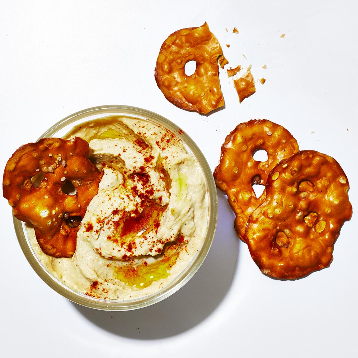Tazón pequeño de hummus y pretzels