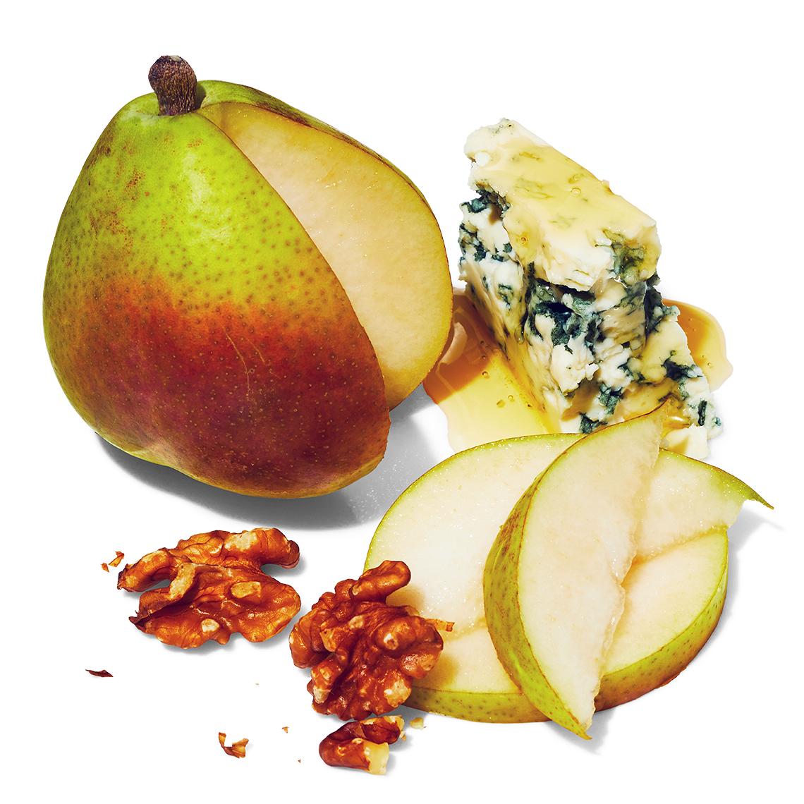 Pera fresca en rodajas con nueces y queso azul
