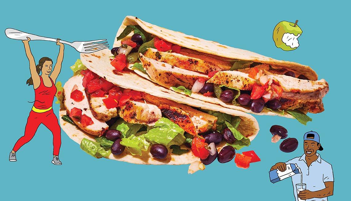 Tacos de pollo y frijoles negros rodeados de gente