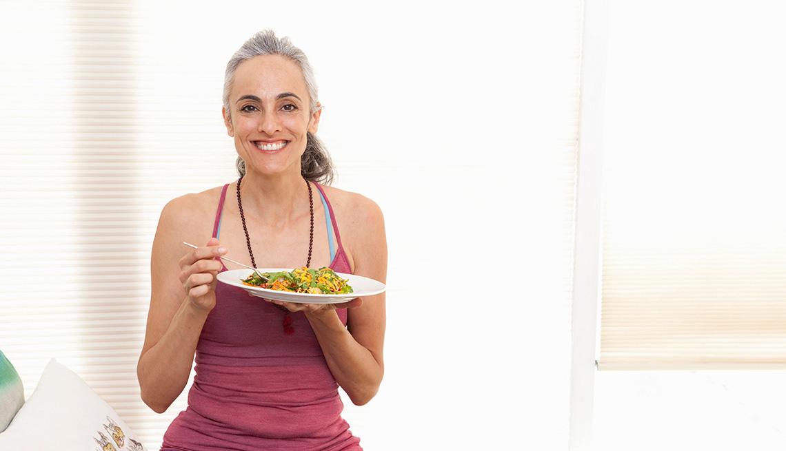 Una mujer sostiene un plato de comida