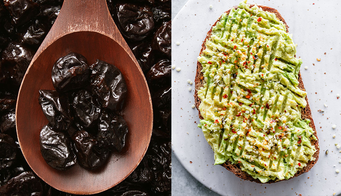 Fotomontaje de unas ciruelas secas a la izquierda y una tostada con aguacate a la derecha
