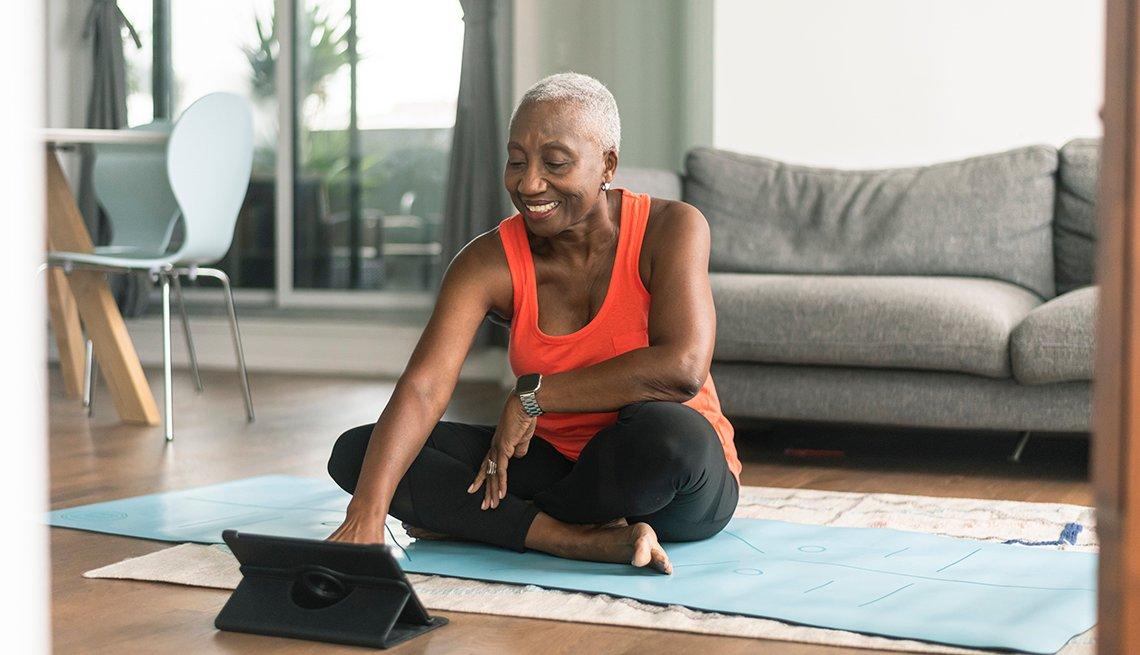 Una mujer se prepara para hacer yoga