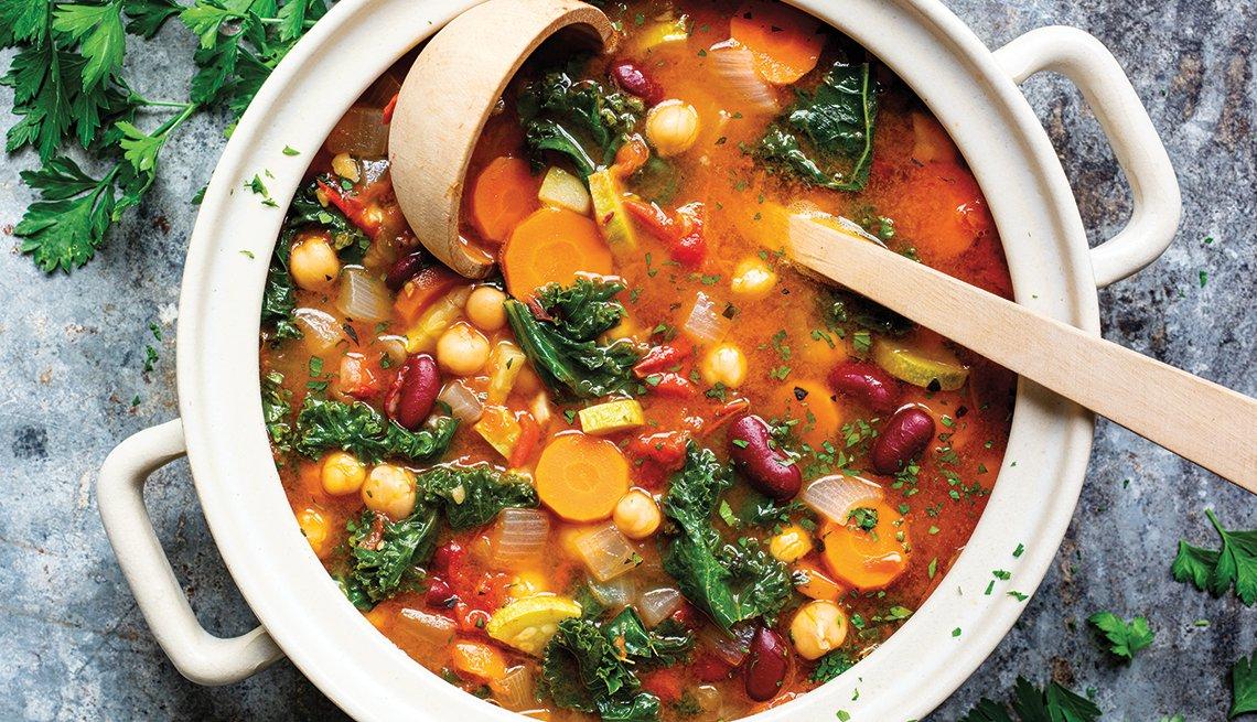 Sopa veraniega de vegetales y granos