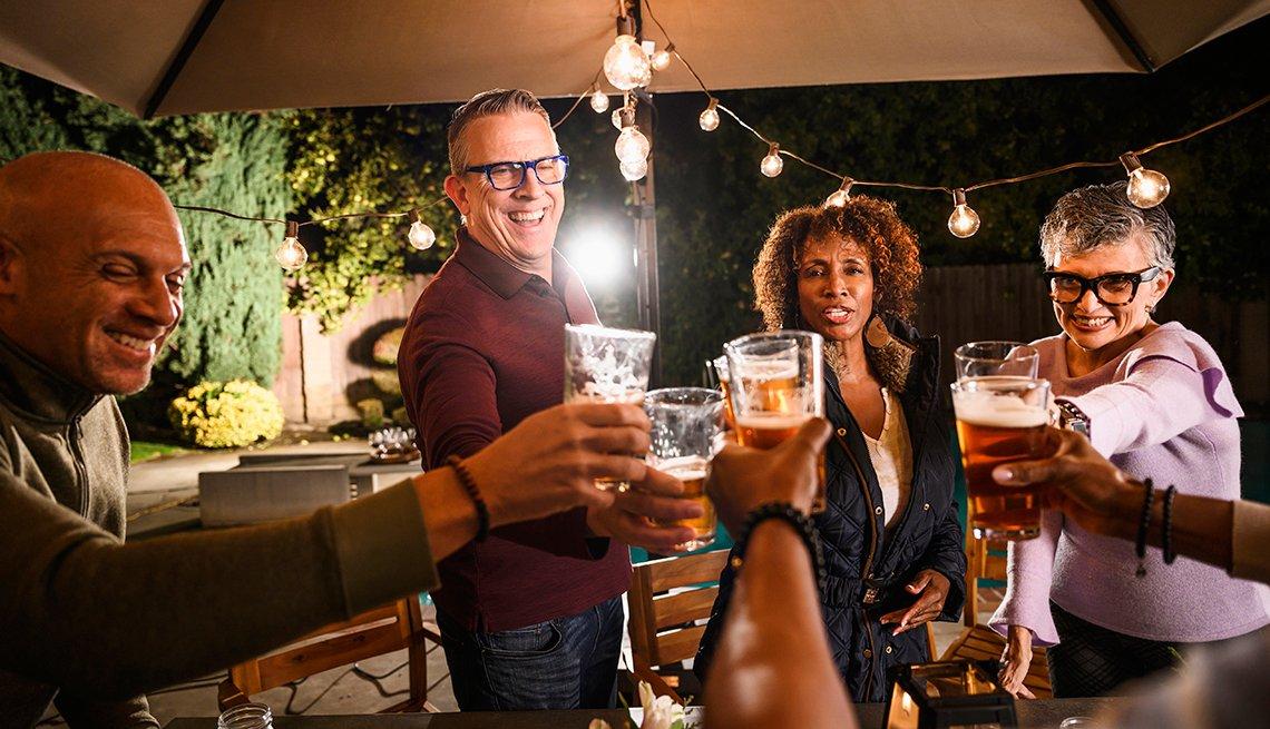 Un grupo de personas brindando con cervezas