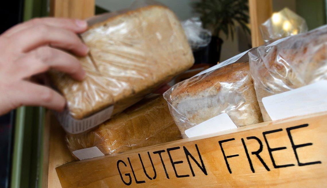 Una persona agarra un bolso de pan libre de gluten