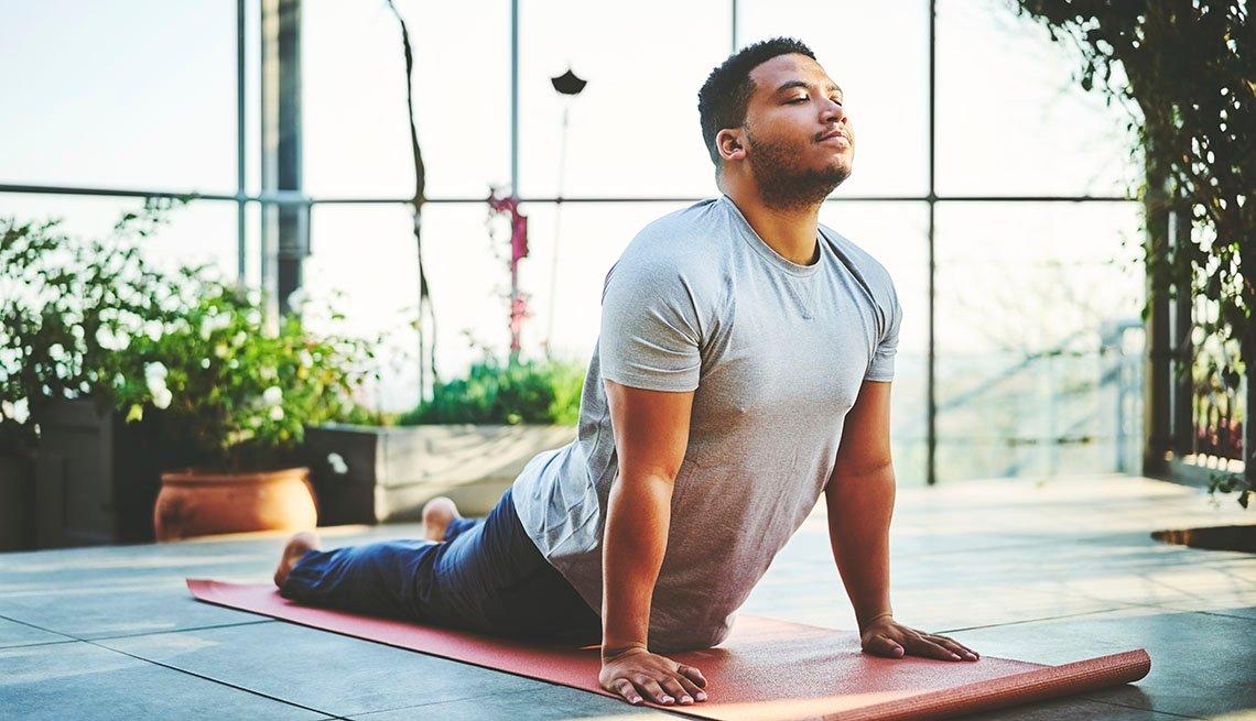 Un hombre practicando yoga