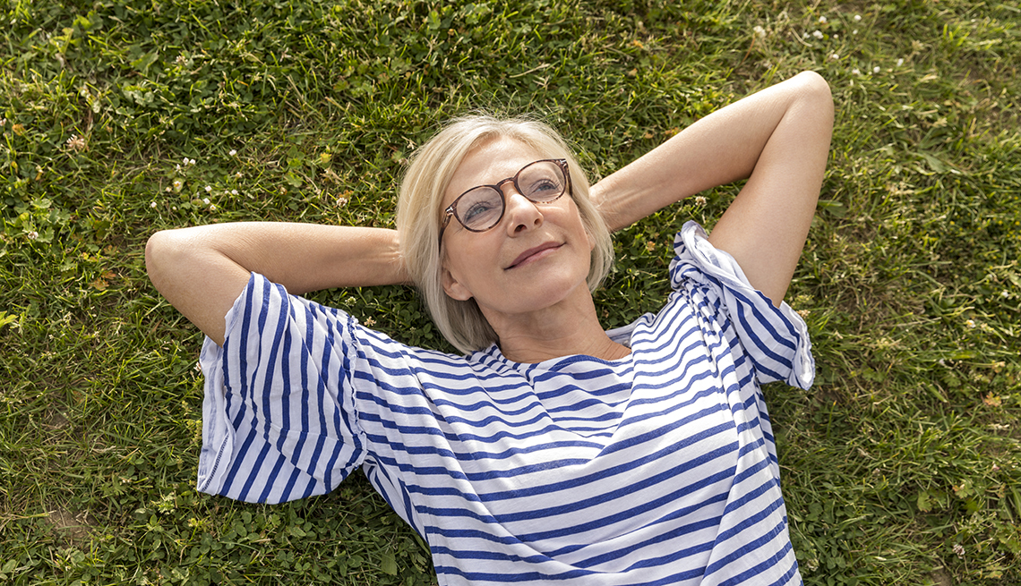 Una mujer acostada en la grama