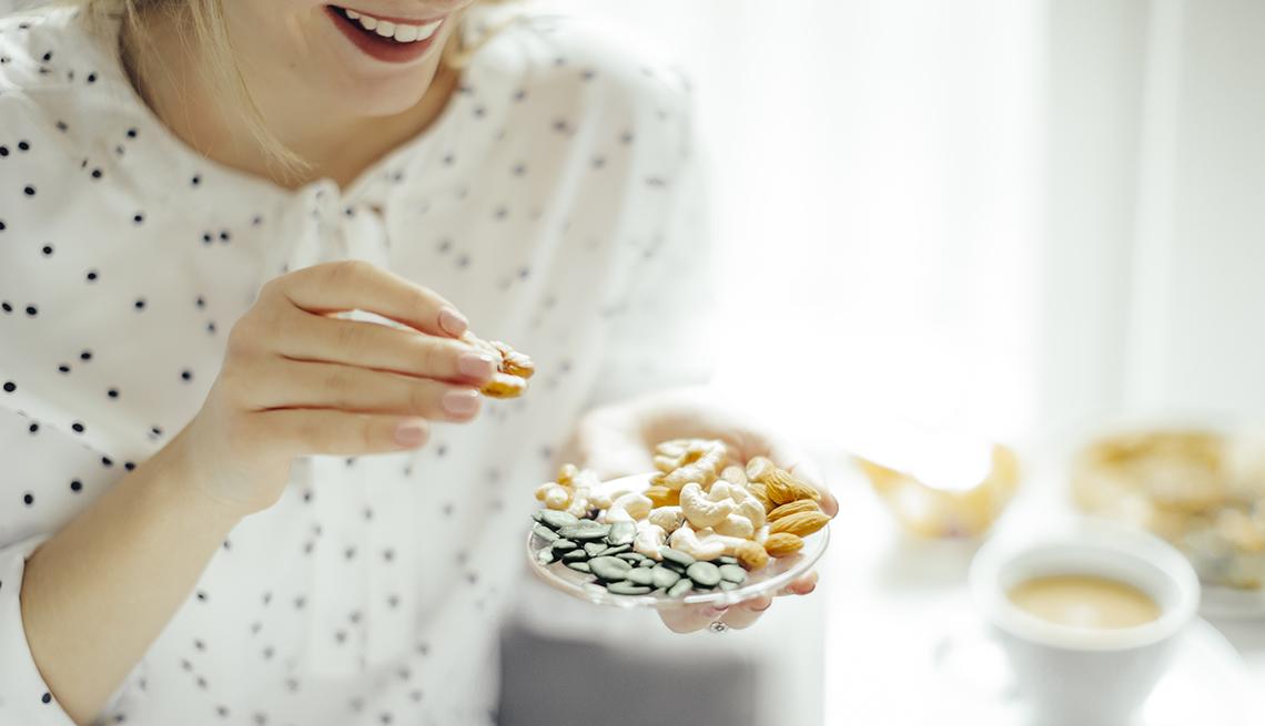 Una mujer comiendo una merienda