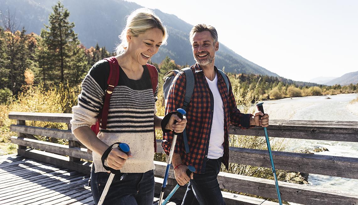 Una pareja disfruta del senderismo