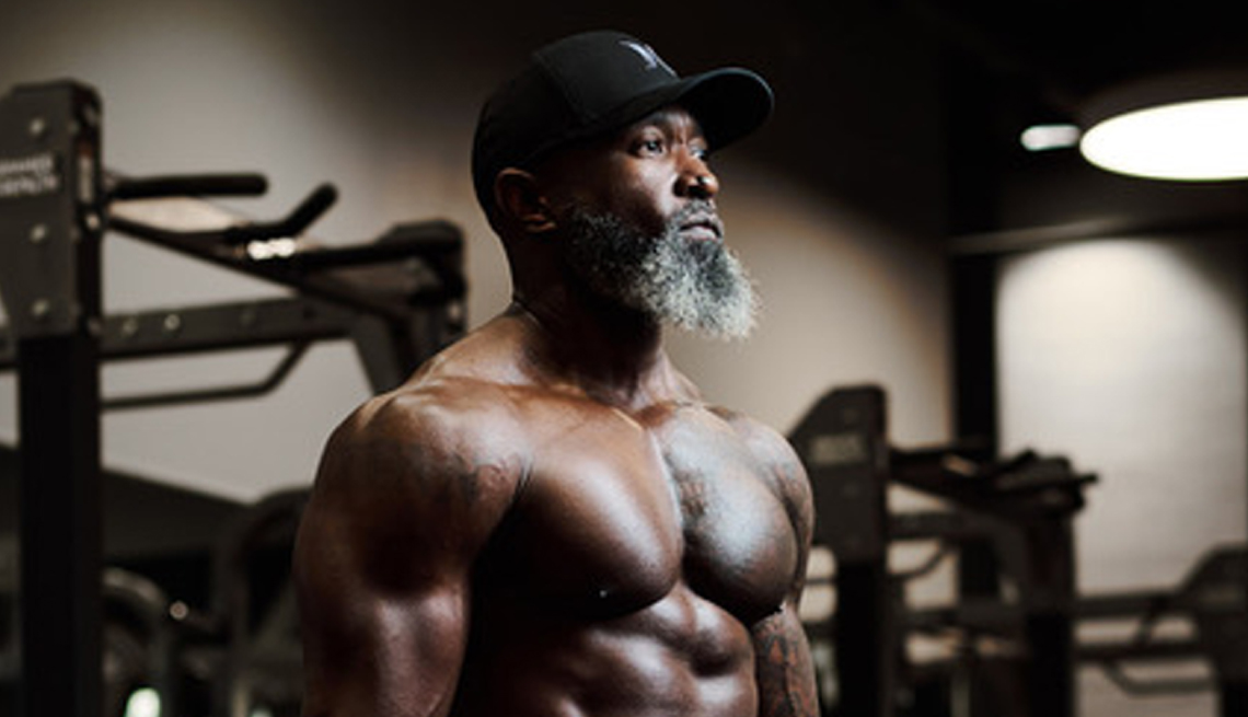 Jean Titus, un influenciador de la actividad física, en un gimnasio