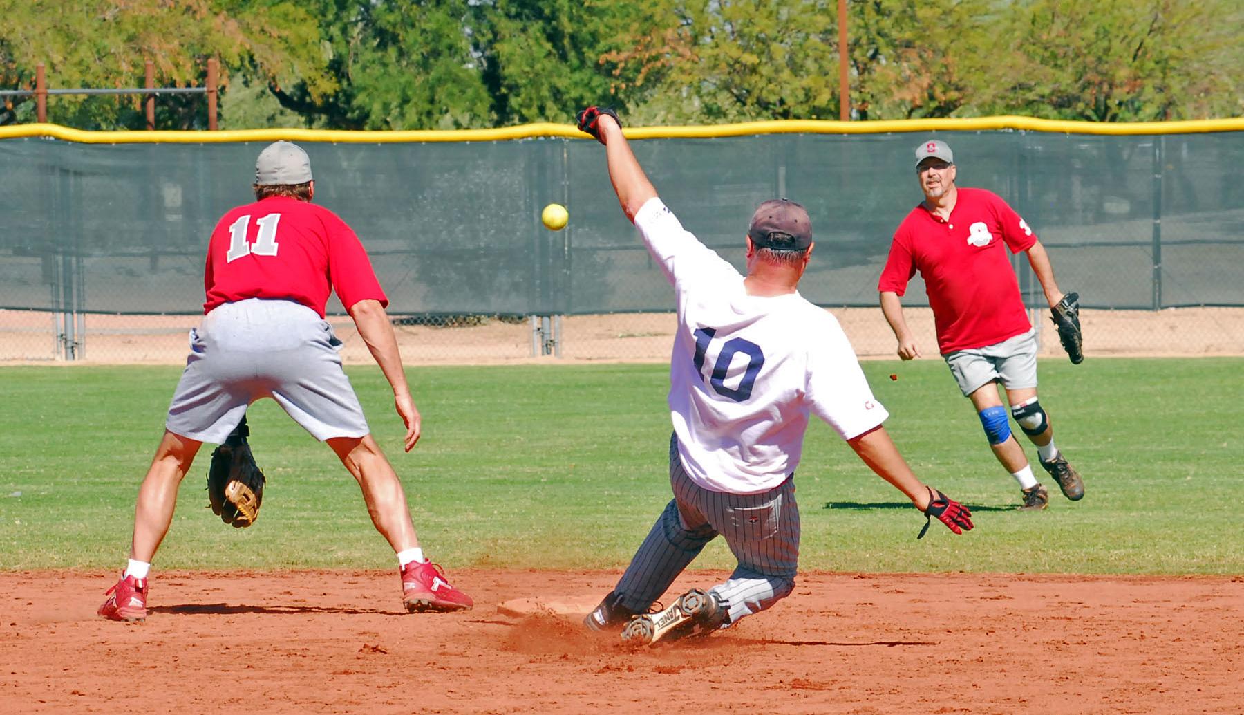 Terry Hennessy se desliza hacia segunda base en un juego de béisbol