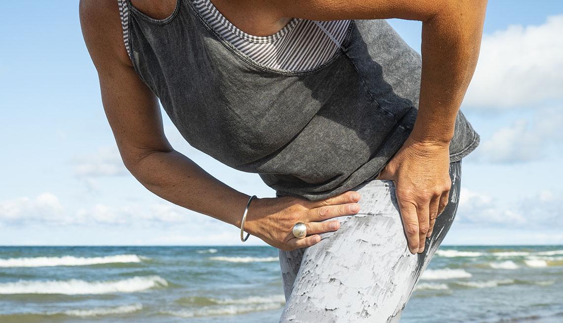 Una mujer con sus manos en la cadera derecha