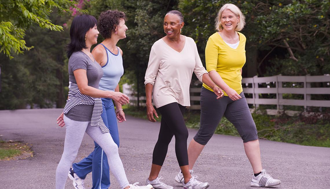 Cuatro mujeres caminan juntas
