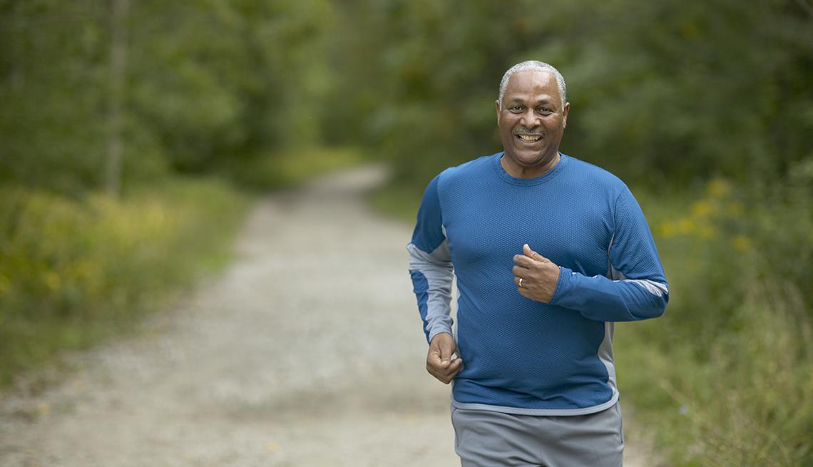Un hombre corre por un sendero