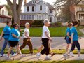 Mujeres caminando y haciendo ejercicio