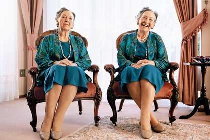 Mujer sonriendo sentada al lado de ella misma en una actitud triste - Una actitud positiva es saludable