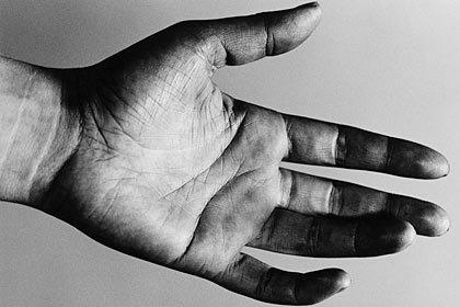 Palma de la mano de un hombre - Ayudar a los demás enriquece su sentido de propósito en la vida.