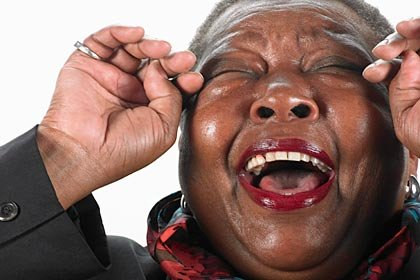 Mujer afro-americana riéndose a carcajadas - Una buena carcajada aumenta el estado de ánimo, fortalece el sistema inmunológico, aumenta la energía y provoca la liberación de sustancias químicas llamadas endorfinas que ayudan a sentirnos bien.