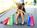 Compras navidenas, mujer sentada rodeada de bolsas de regalo