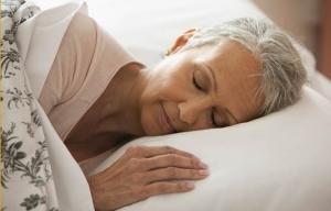 Mujer durmiendo en la cama - Cómo mantenerse joven - Dr. Elmer Huerta