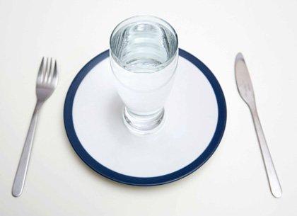 Vaso de agua en un plato de comida
