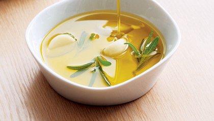 Taza con aceite de oliva parte de las grasas saludables