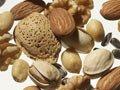 un surtido de frutos secos saludables